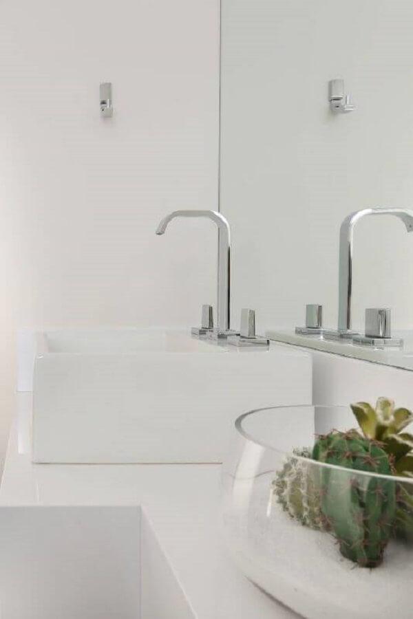 O terrário de suculentas no banheiro branco se destaca na decoração