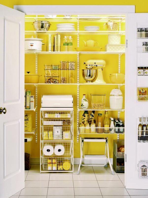 O tom amarelo da parede traz alegria para a despensa da cozinha