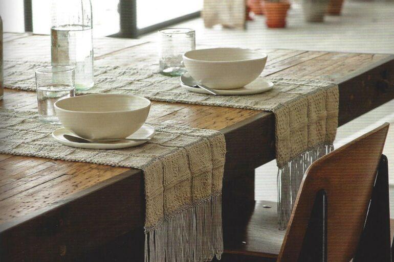O tricô na decoração da sala de jantar pode estar presente nos jogos americanos e caminhos de mesa