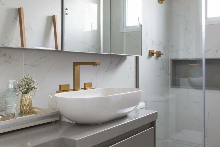 Os armários de banheiro com espelho trazem mais funcionalidade para o espaço