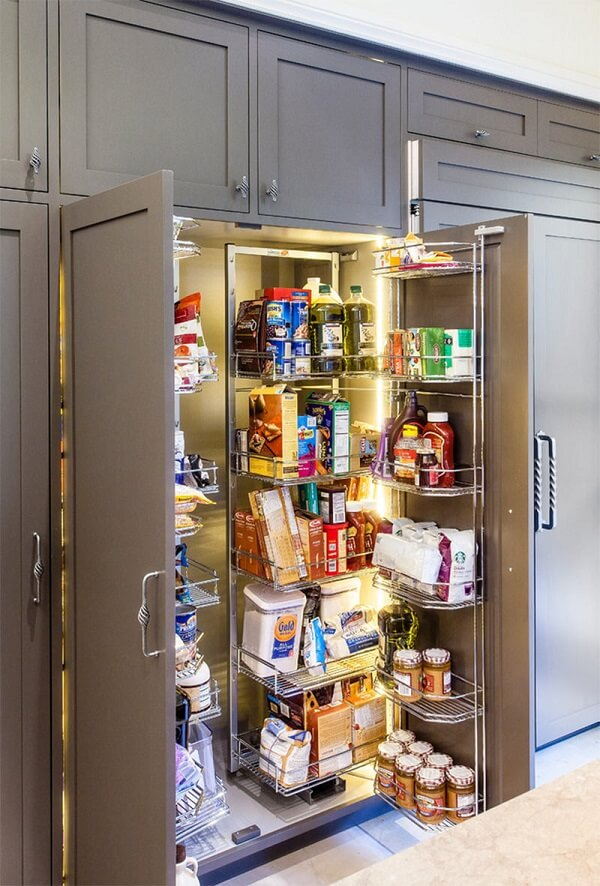 Os armários podem acomodar uma criativa despensa de cozinha em seu interior