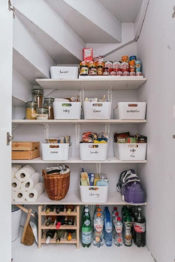 Os cestos organizadores na cozinha com despensa e área de serviço fazem toda a diferença