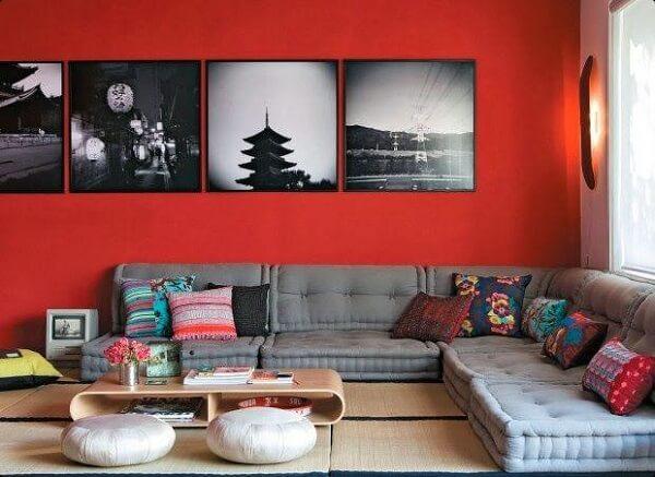 Os futons podem formar um lindo sofá de canto cinza no ambiente
