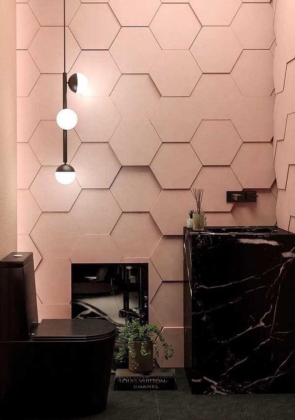 Os móveis e acessórios escuros realçam ainda mais o revestimento em 3D para banheiro rosa