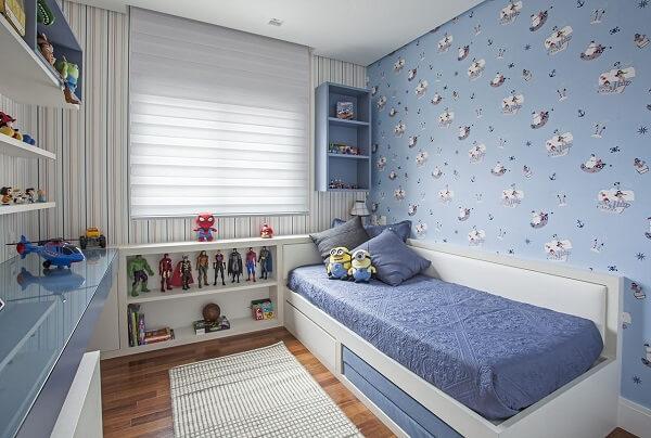 Os tons de azul do papel de parede infantil traz aconchego para o quarto infantil