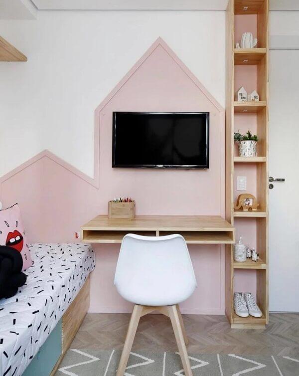 Os vários compartimentos do nicho de madeira auxiliam na organização de diversos itens do quarto