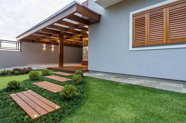Pisante para jardim de madeira decoram a casa simples. Fonte: Homify