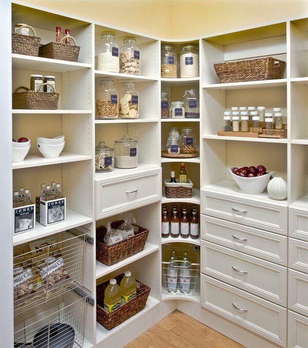 Potes, garrafas e cestos são ótimos para organizar a despensa da cozinha