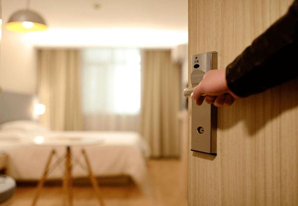 Procure deixar as portas abertas, pois isso evita que as pessoas toquem na maçaneta