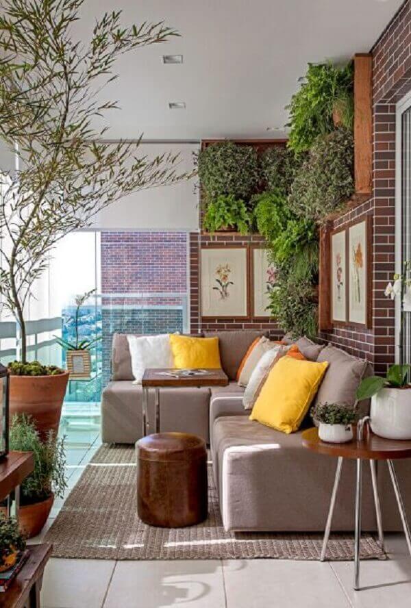 Que tal decorar sua varanda com um lindo sofá de canto pequeno cinza?