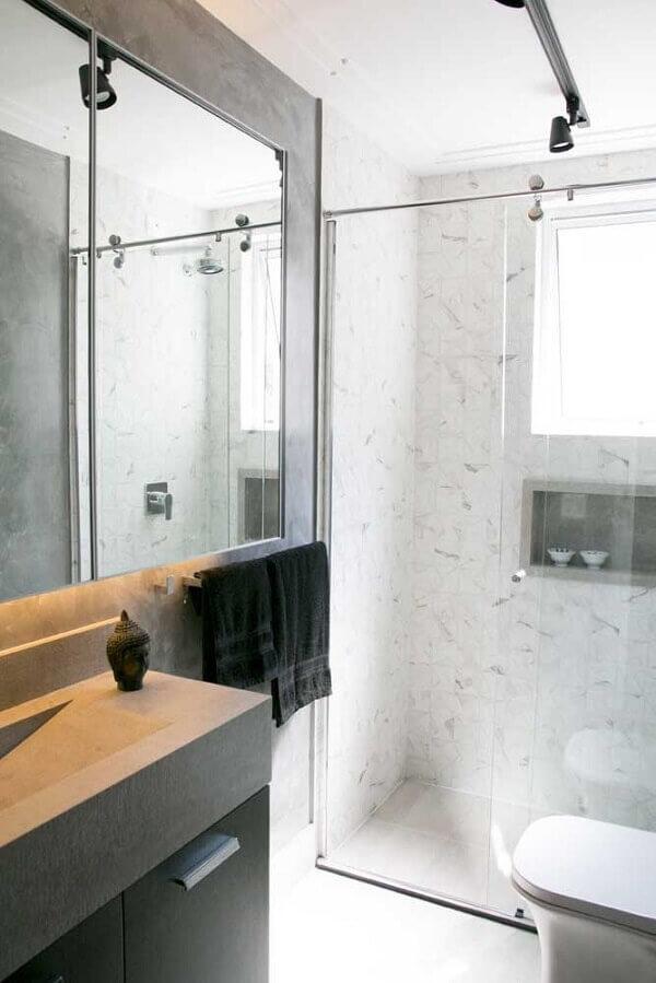 A luminária trilho complementa a decoração do banheiro com estilo