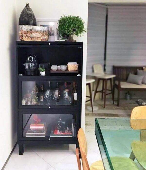 Que tal uma cristaleira de madeira moderna para compor a sala de jantar?