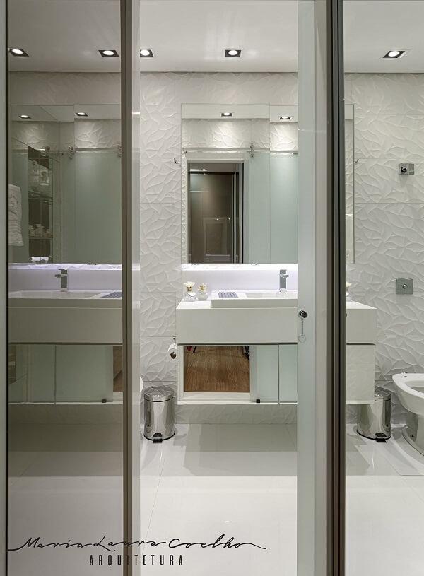 Revestimento 3D para banheiro preenche grande parte da parede