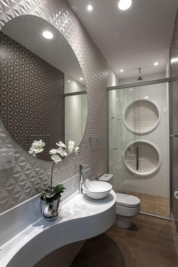 Revestimento para banheiro 3D e chuveiro de teto complementam com estilo a decoração