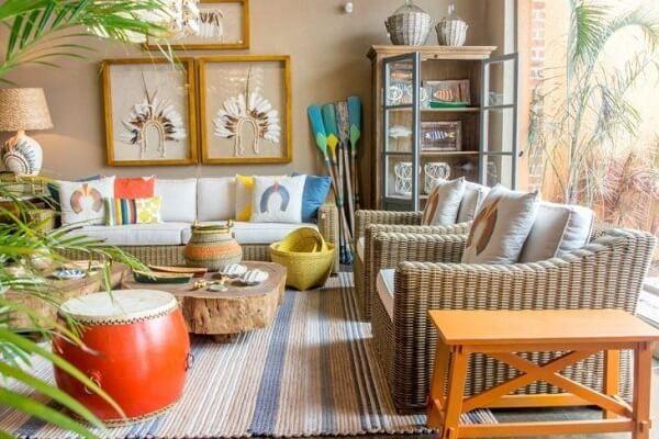 Sala colorida e alegre com cristaleira de madeira antiga