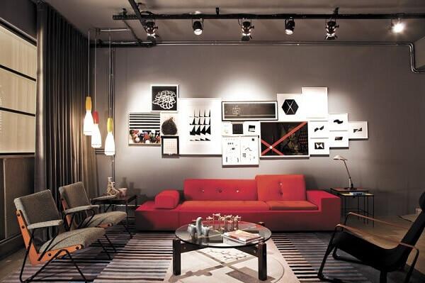 Sala de estar com decoração industrial e luminária de teto trilho preto