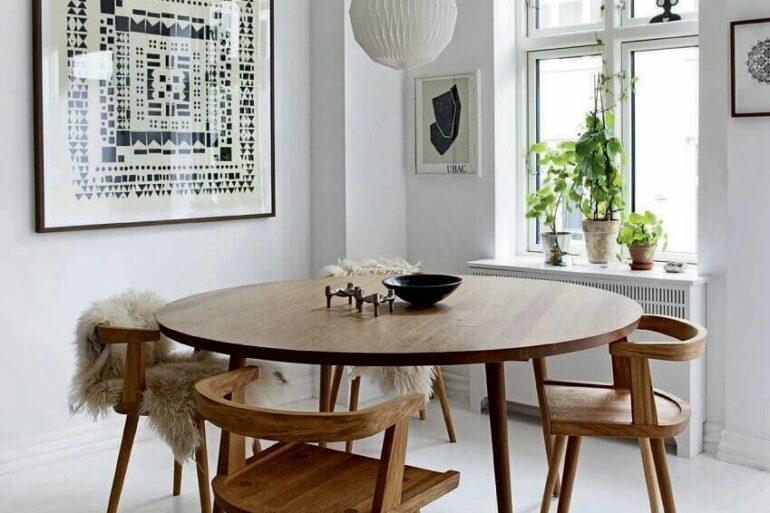 Sala de jantar branca decorada com mesa de jantar 4 lugares redonda de madeira Foto Pinterest