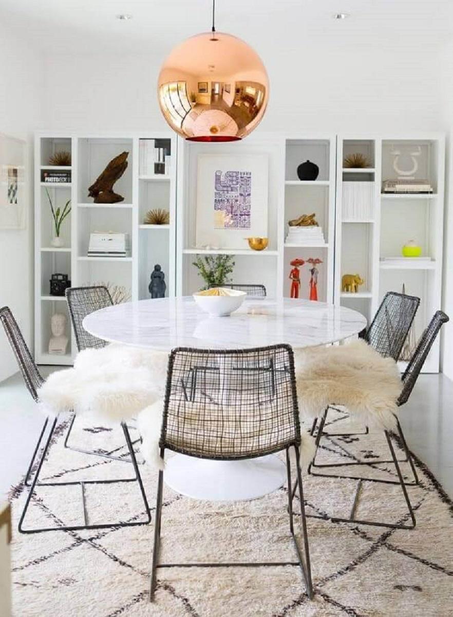 Sala de jantar branca moderna decorada com mesa de jantar redonda e pendente redondo rose gold Foto Futurist Architecture
