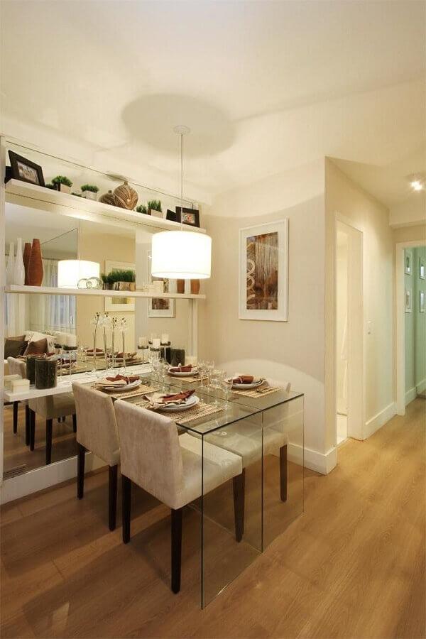 Sala de jantar em cores neutras decorada com mesa de jantar pequena de vidro Foto Pinterest