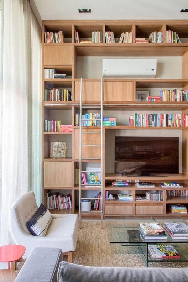 Sala moderna decorada com estante de madeira moderna Foto Casa de Valentina