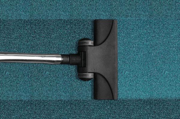 Separe materiais de limpeza e eletroportáteis como aspirador de pó para higienizar o ambiente