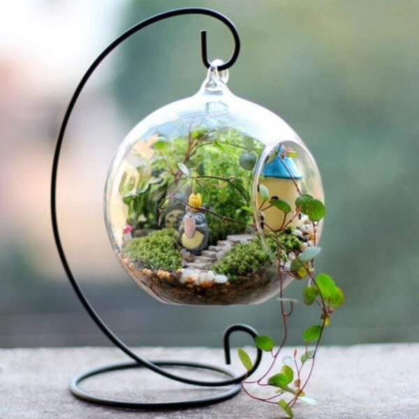 Terrário de suculentas em vidro com decoração delicada