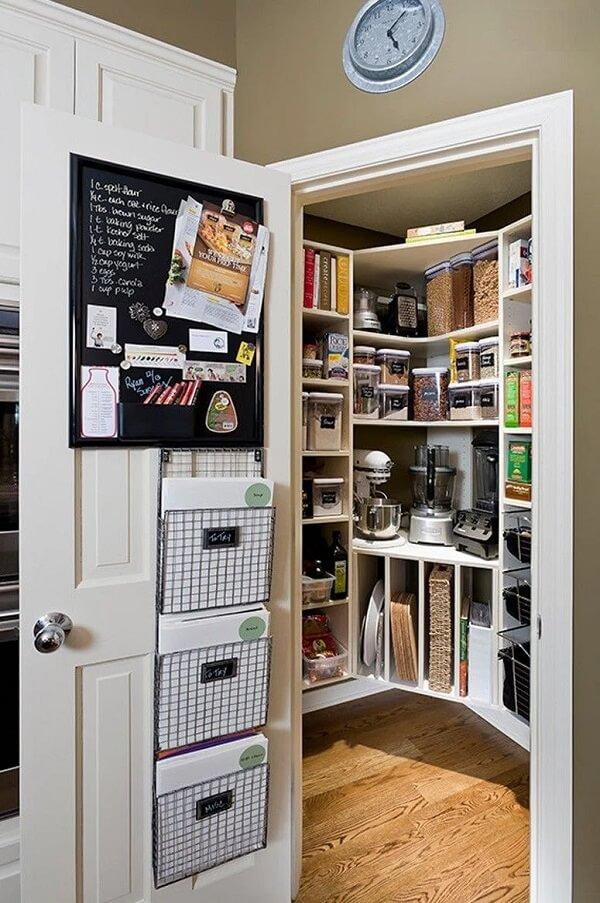 Utilize a porta para despensa de cozinha para instalar um quadro negro e escreva os produtos que faltam no espaço