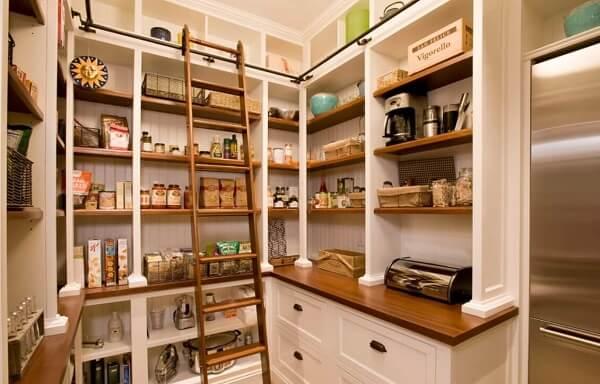 Utilize escadas para alcançar as prateleiras na cozinha com despensa e área de serviço