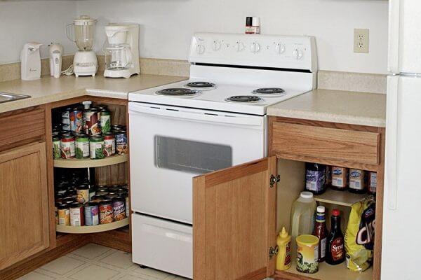 Utilize o próprio armário da bancada para compor uma despensa de cozinha pequena