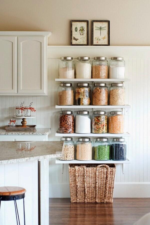 Utilize prateleiras para despensa de cozinha e organize os potes de mantimentos