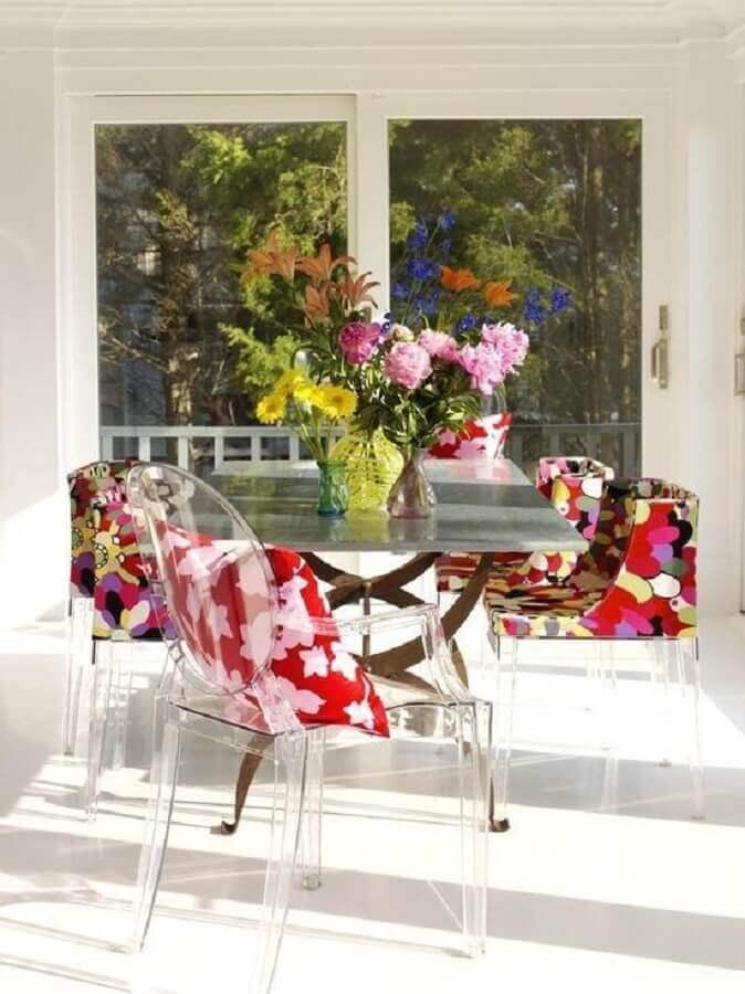 almofadas coloridas para mesa com cadeiras transparentes Foto Pinterest