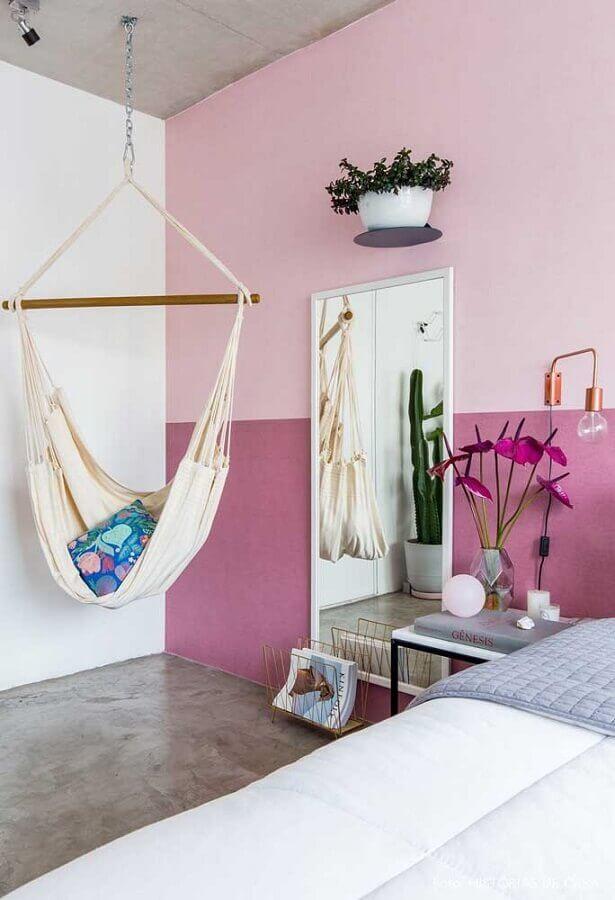 ambiente decorado com parede cor de rosa e rede para descanso Foto Pinterest