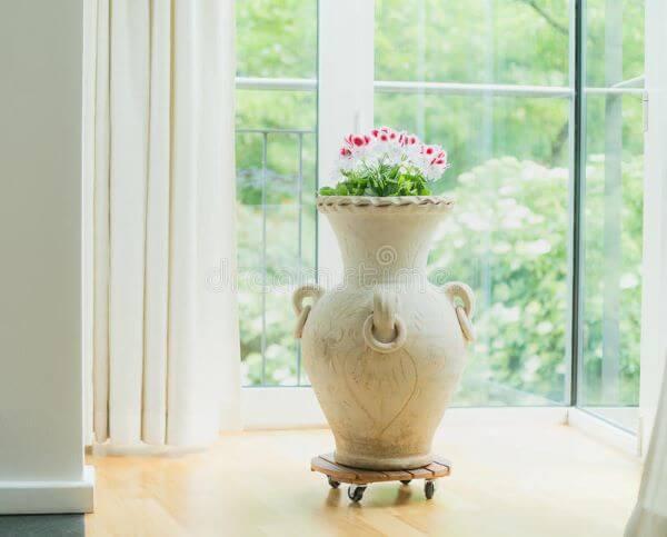ânfora decorativa para sala moderna com flores