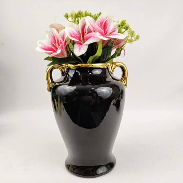 Vaso ânfora preto com lírios cor de rosa