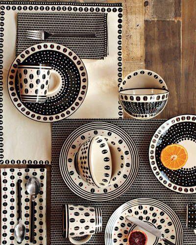 Aparelho de jantar preto e branco com estampas africanas