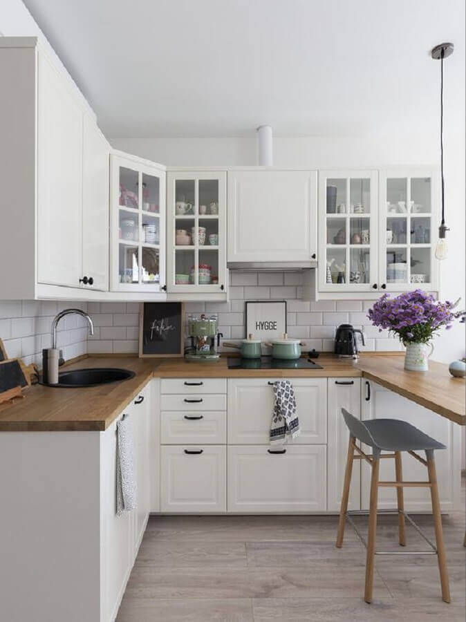 armário branco de cozinha em U planejado com bancada de madeira Foto Pinterest