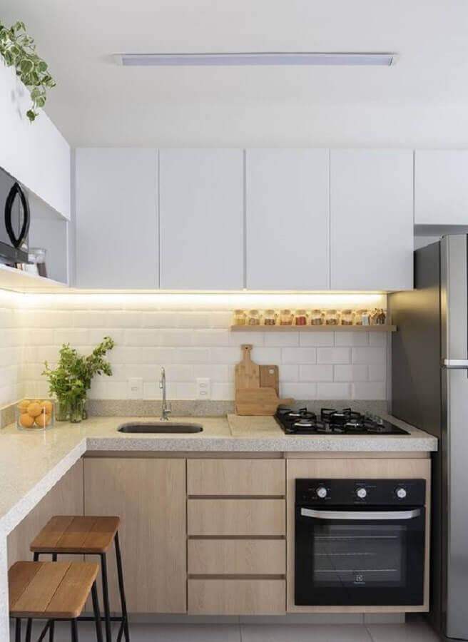 armário de cozinha branco com madeira planejado de canto Foto Apartment Therapy