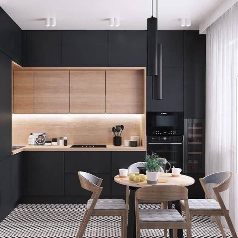 armário de cozinha cor preta com bancada e armário aéreo de madeira Foto Apartment Therapy