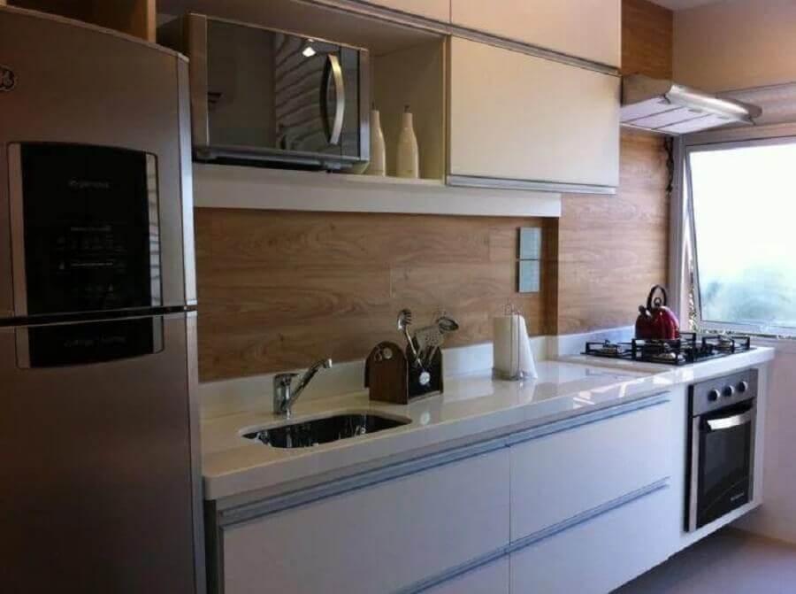 armário de cozinha pequeno branco para cozinha clara com revestimento de madeira Foto Pinterest