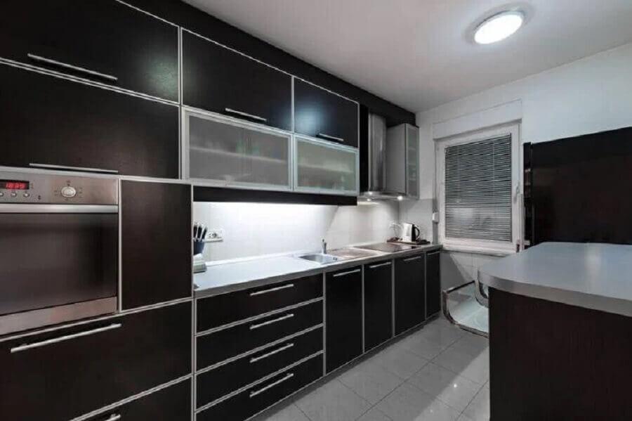 armário de cozinha planejado preto Foto Istock