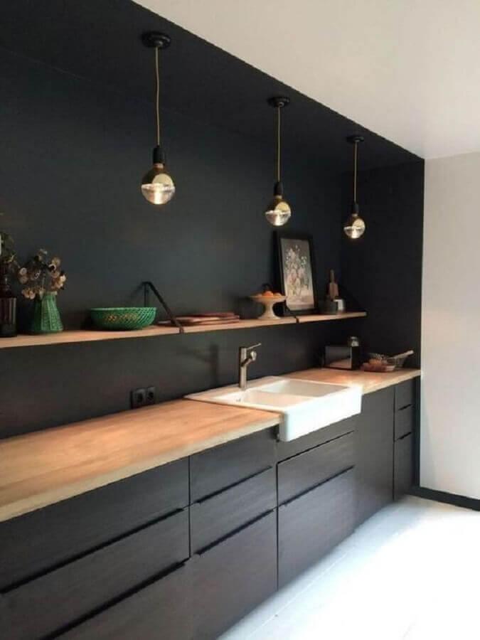 armário de cozinha planejado preto com bancada de madeira Foto Casa Très Chic