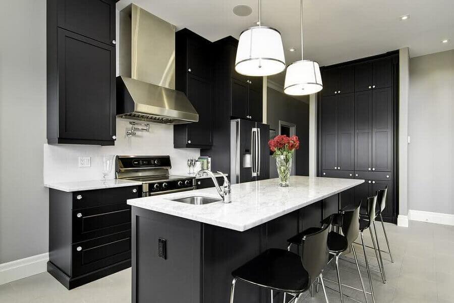 armário de cozinha planejado preto com ilha Foto CoachDecor