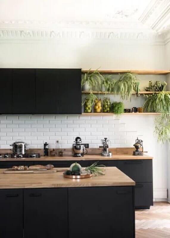 armario de cozinha preto com nicho e bancada de madeira Foto Pinterest
