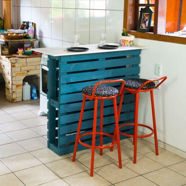Balcão azul de pallet na cozinha moderna