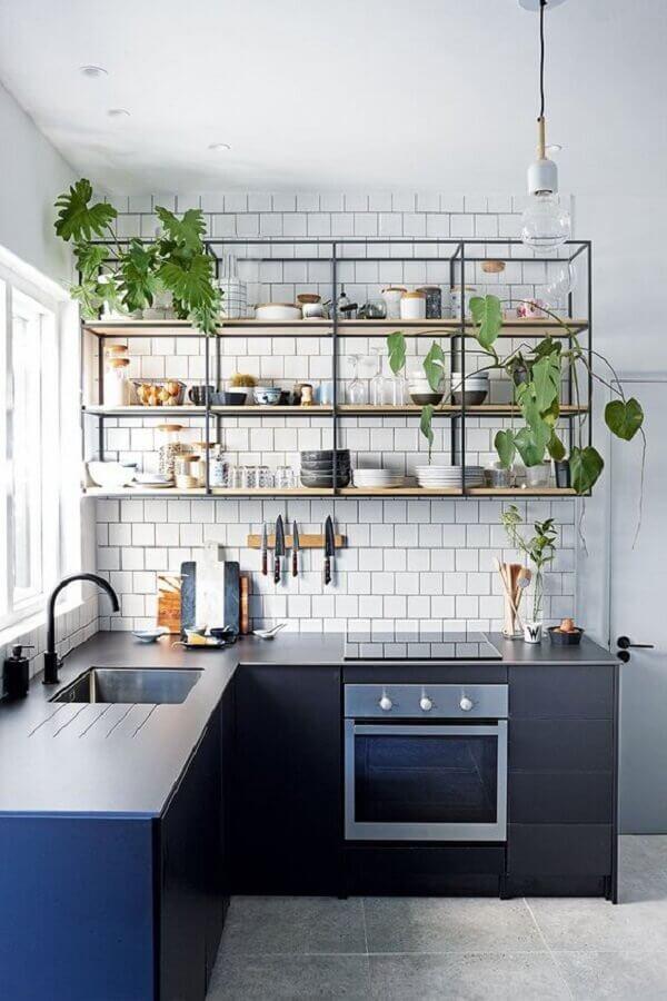 bancada de canto para cozinha pequena com prateleira industrial Foto Apartment Therapy