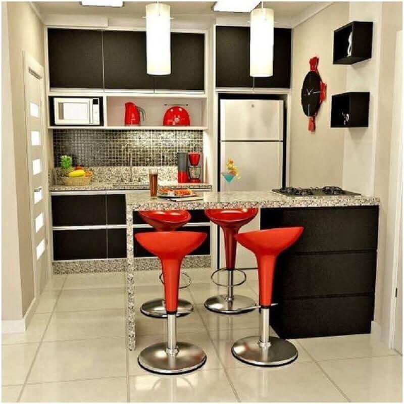 bancada de granito para cozinha americana pequena com armários pretos Foto Pinterest