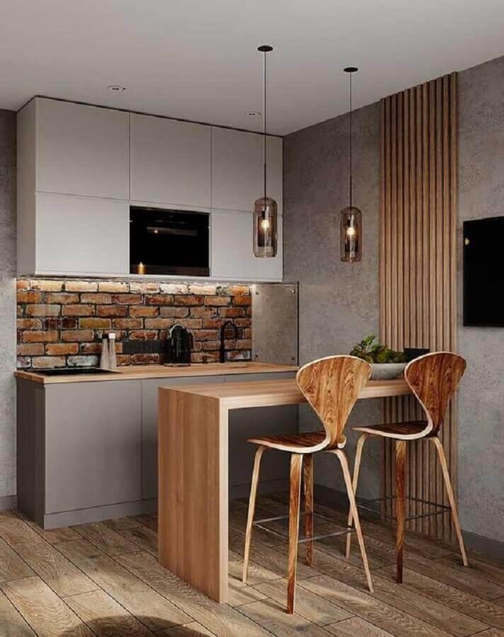bancada de madeira para cozinha americana pequena com armários cinza Foto Archilovers
