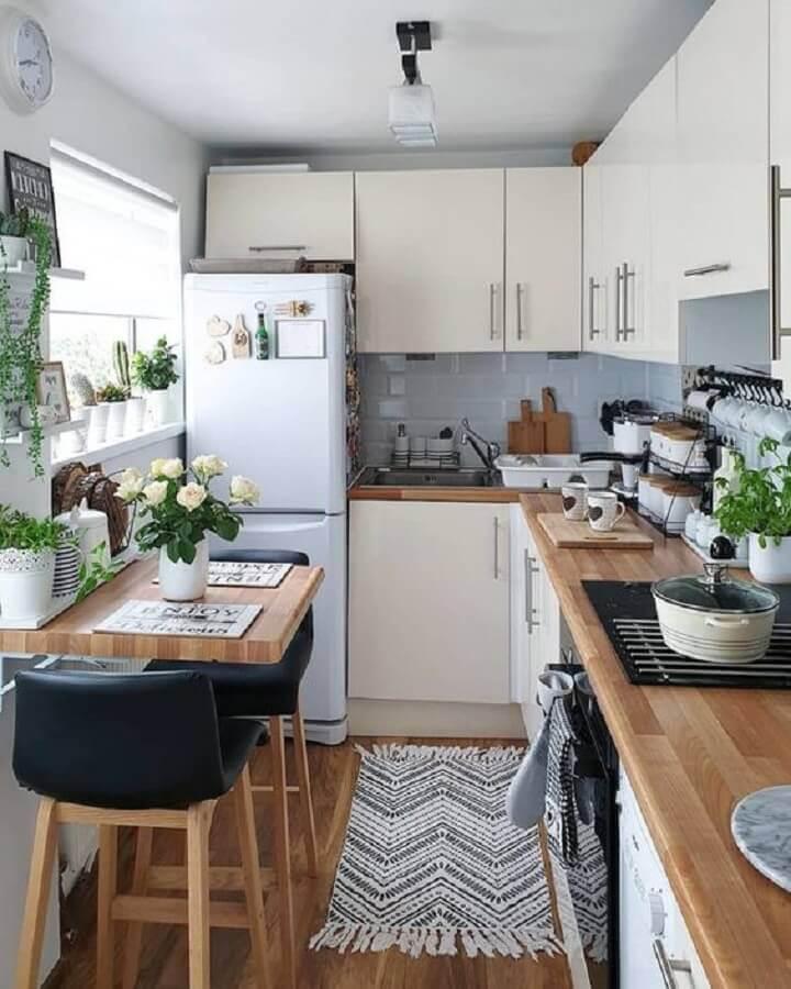 bancada de madeira para cozinha pequena com armários brancos Foto Futurist Architecture