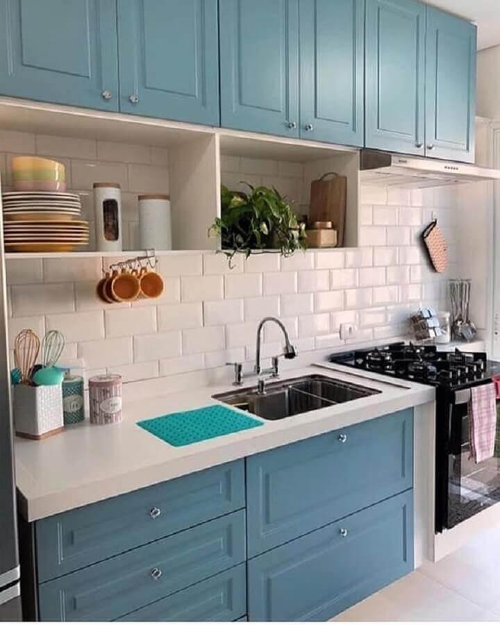 bancada para cozinha pequena azul e branca com armários com estilo clássico Foto Pinterest