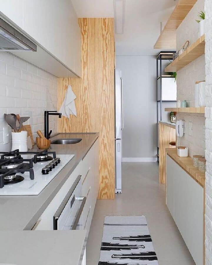bancada para cozinha pequena cinza com detalhes em madeira Foto MdeMulher